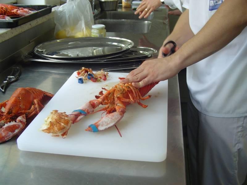Uczestnik projektu Przez Kuchnię do Europy przygotowujący potrawę w ramach zajęć.