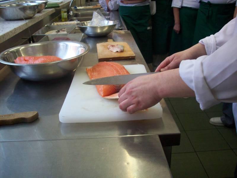 Uczestnik projektu Smaki Europy przygotowujący potrawę w ramach zajęć.